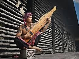 Pengertian seni musik non tradisional, fungsi dan contohnya adalah uraian yang akan dibahas dalam materi pelajaran seni budaya dan keterampilan berikut ini. Jenis Alat Musik Tradisional Indonesia Dan Cara Memainkannya