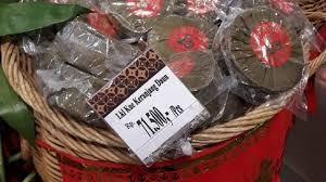 Dalam bahasa mandarin kue ini disebut juga nian gao atau dalam bahasa hokkian yaitu tii kwee. 2mjlaz5dogcyim