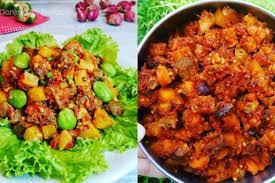 Kupas kentang dan potong dadu kecil2 lalu goreng, cuci bersih hati ayam rebus dg daun salam setelah matang dan dingin potong2 25 Resep Sambal Goreng Ati Spesial Dan Praktis