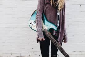 Genre musik rock mulai di kenal dunia pada tahun 1960, musik rock merupakan musik yang menyelimuti gabungan aneka jenis genre musik. Pengertian Musik Rock Sejarah Jenis Ciri Disertai Contohnya