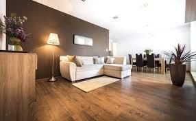 Ein antik wirkender couchtisch aus dunklem holz und fräsungen an den beinen sowie ein rustikaler kronleuchter ergänzen die einrichtung perfekt. 38 Elegant Wohnzimmer Dunkler Boden Inspirierend Wohnzimmer Frisch