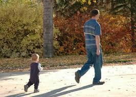 Resultado de imagen de niño imitando a su padre