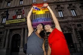 Palazzo Marino si illumina con i colori dell'arcobaleno per il Milano Pride  2021