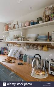 Becher Hängen Unter Offene Regale Mit Geräten In Der Küche