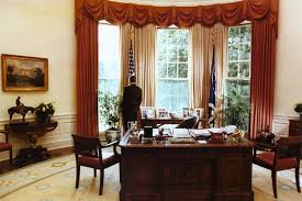 reagan oval office. File:President Reagan Alone In The Oval Office 1984.jpg 0