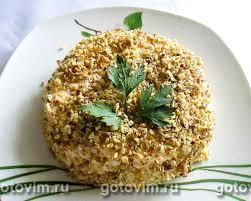 Слоеный салат с курицей, <b>ананасами</b>, сыром и орехами. Рецепт ...