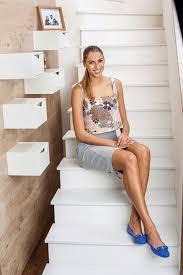 青いパンプスをはいて階段に座っているエリツァ・バシレバのかわいい画像