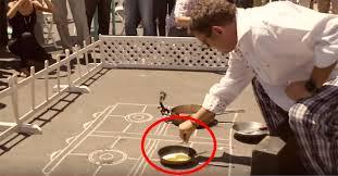 Resultado de imagen para huevos friendose sobre la calle