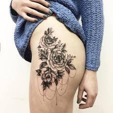 черно белая татуировка розы на бедре Tattoo тату на бедре