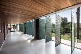Porta pivotante preta em projeto assinado pelo escritório&nbsp. Casas Brasileiras 8 Residencias Com Portas Pivotantes Archdaily Brasil