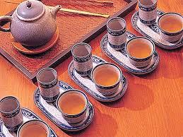 يتم تحضير الشاى سواء اخضر أو أسود، بأن يوضع على حسب الرغبة سواء ثقيل، أم خفيف، فى براد الماء المغلى، ومن ثم وضعه فى براد صينى أو براد فخار، على حسب الرغبة، ويفضل بأن يكون على نار هادئة للغاية. حفل الشاي في الصين فن حفل الشاي الثقافة 2021