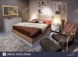 Schlafzimmer Mit Doppelbett Gestaltung Mit Hohen Braunen Bett Und