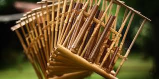 Kesenian di desa tersebut menggunakan alat musik angklung yang pada akhirnya menjadi salah satu jenis angklung yang ada di jawa barat. Angklung Sejarah Jenis Dan Cara Bermain Halaman All Kompas Com