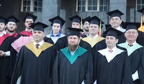 Студентам Чечни торжественно вручили красные дипломы  Так студенты Чеченского государственного университета получили дипломы с отличием из рук Главы Чеченской Республики Героя России Рамзана Ахматовича