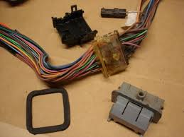 wiring 7 this is rick s garage you can see what it looks like the plastic parts removed there is the block of hot melt glue left on the harness note that the wires are not