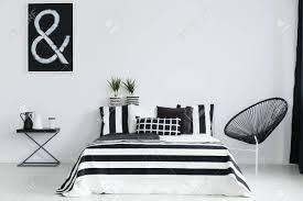 Schwarz Weiß Schlafzimmer Mit Modernem Stuhl Und Nachttisch