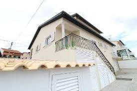 Nesta imagem, a casa de dois andares se destaca pelos volumes que caracterizam a sua fachada: Casas Moradias Para Venda Em Coimbra
