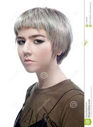 Belle Jeune Femme Avec Les Cheveux Gris Et Verts Courts