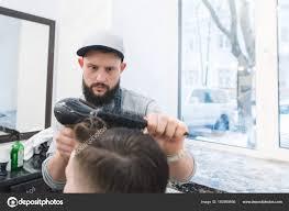 Vážnou Barber S Vousy řezání Mladý Muž Pánské účesy V Kadeřnictví