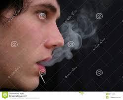 Un Hombre Con Un Humo Piercing Del Cigarrillo Que Sopla Hacia Fuera