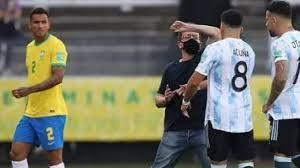 شبكة أرجنتينية تكشف هوية مقتحم لقاء البرازيل والأرجنتين.. فرد أمن مسلح –  يوم نيوز