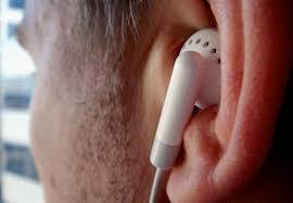 Resultado de imagem para jovem usando fone de ouvido