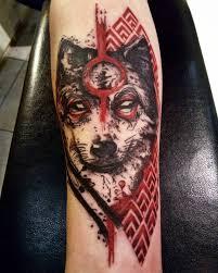 фото татуировки волка в стиле треш полька на предплечье парня фото