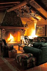 35 green sofa and flaming fireplace in this log cabin cabin fireplace m93 fireplace