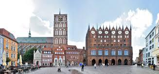 Stralsund zeichnet sich durch eine hervorragende bildungsstruktur und eine vielfalt unterschiedlicher angebote aus, die ideale chancen und eine optimale förderung ermöglichen. Alter Markt Stralsunder Rathaus Nikolaikirche Panoramastreetline