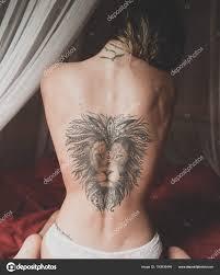 Nahá Záda S Tetování Lev Mladé ženy Sedící Na Posteli Stock