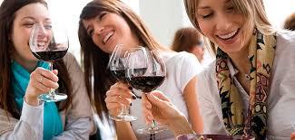 Resultado de imagem para mulheres tomando vinho