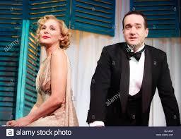 Private Lives von Noel Coward, Regie: Richard Eyre.With Kim Cattrall als  Amanda, Matthew Macfadyen als Elyot Stockfotografie - Alamy