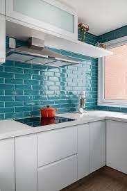 para os mais básicos, não tem erro ao apostar nos tijolinhos brancos para cozinha. Cozinha Com Ceramica Liverpool Azul Turquesa E Piso De Porcelanato Que Imita Madeira Bancada Cozinha Com Cooktop Decoracao Cozinha Azul Tendencias De Cozinha