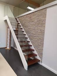 Bei den ausführungen in buche, eiche, esche und ahorn können sie die wangen, stäbe und pfosten auch in weiß oder anthrazit grundiert wählen. Hpl Dunnwangentreppe Mit Glasgelander Www Baethe De In 2020 Treppe Holztreppe Treppenbau