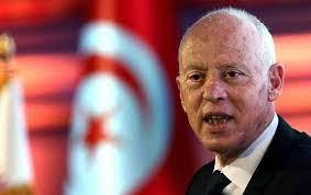الرئيس التونسي يجمد سلطات البرلمان ويعفي رئيس...