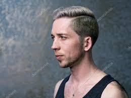 若い金髪の男の横顔の肖像画 ストック写真 Zdyma4 109855708