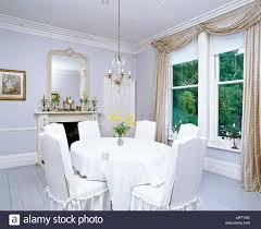 Ein Traditionelles Weißes Esszimmer Mit Grau Lackiert
