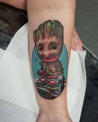 фото татуировки грута в стиле марвел на предплечье девушки фото