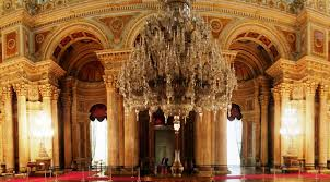 gift from queen victoria to the dolmabahce palace in istanbul the largest chandelier in the world it weights 4 tons