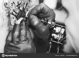 женщина мастер тату на спине стоковое фото Venerala 177285334