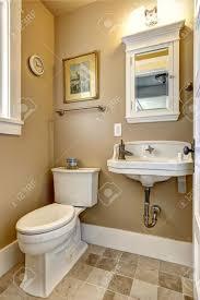 Einfaches Badezimmer In Beige Farbe Mit Weißem Waschbecken Schrank