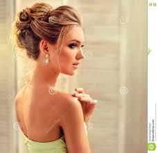 La Femme Avec Les Cheveux Blonds Porte Dans Une Robe De