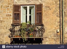 Traditionelle Fenster Und Balkon Mit Fensterläden Aus Holz Von Alten