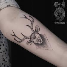 татуировка женская графика на предплечье олень Art Of Pain