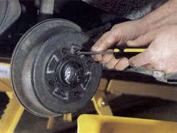 1 pour accéder aux roulements de roue de cette mini 1000 il est nécessaire de démonter le tambour de frein mencez par desserrer les vis cruciformes qui