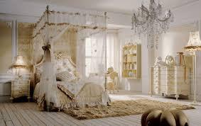 Schlafzimmer Mit Himmelbett Golddekorationen Idfdesign