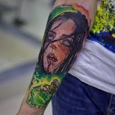 фото цветной мужской татуировки на руке в стиле реализм хоррор