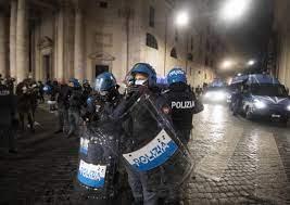 Scontri a Roma e Napoli contro il coprifuoco anti-Covid
