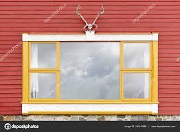 Roten Holzfassade Mit Gelben Fenster Und Hirsch Horn Stockfoto