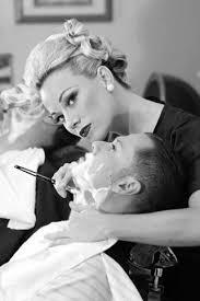 Resultado de imagen de barbero afeitando